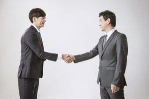 לחיצת היד צריכה להיות חלשה וללא לחץ - פגישה עסקית בקוריאה