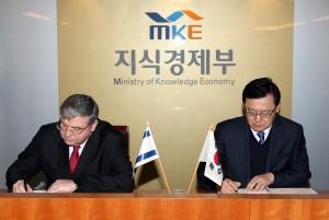 השגריר טוביה ישראלי חותם על המשך הסכם שיתוף פעולה בין קוריאה וישראל