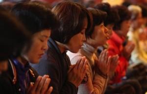 אמהות קוריאניות בשעת תפילה