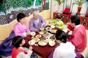 בגדים חגיגיים ואוכל - ארוחת חג משפחתית
