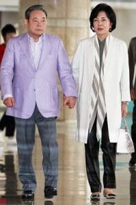 """יו""""ר סמסונג ורעייתו - בראש אצולת הממון הקוריאנית"""
