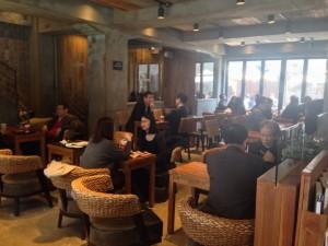 אנשי עסקים בקפה בוטיק בפרברי סיאול