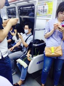 ברכבת התחתית כולם דואגים להסתובב במסיכה