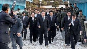 משלחת צפון קוריאנית עם הפנים דרומה