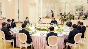 פגישת פסגה - קים ג׳ונג און והמשלחת מדרום קוריאה